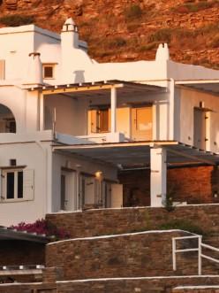Vega Apartments, 7 λευκά σπιτάκια σε μία πλαγιά δίπλα στη θάλασσα, το καθένα με την δική του ξεχώριστη προσωπικότητα και θέα την Σύρο και το ηλιοβασίλεμα