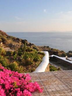 Νεόχτιστο (2008) συγκρότημα αυτόνομων διαμερισμάτων στην περιοχή Αγ. Μάρκος (Φουναριά) Τήνου. 7 λευκά σπιτάκια χτισμένα σε μία πλαγιά σε υψόμετρο 70 μέτρων από την θάλασσα, το καθένα με την δική του ξεχώριστη προσωπικότητα και θέα την Σύρο και το ηλιοβασίλεμα