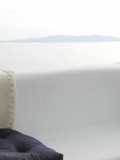 Θέα προς τη Σύρο και το Αιγαίο αφ' υψηλού στο Vega Apartments. Διαμονή στην Τήνο με στυλ