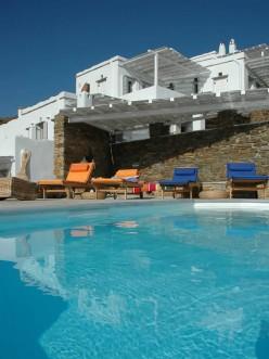 Η πισίνα στο Vega Apartments στην Τήνο