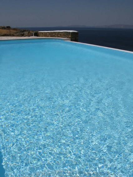 Vega Appartements Tinos. Un complexe d'appartements récemment bâtis au lieudit de Fournaria à proximité de la chapelle de St. Marc (Agios Markos). Sept petites maisons blanches, juchées sur une colline à 70m d'altitude, bénéficiant d'une vue imprenable, donnant sur l'île de Syros et...les couchers de soleil de tous nos rêves
