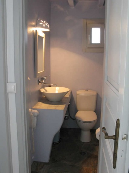 Altair chambre avec double lit, salle de bains, cuisine-salon américaine avec deux sofa-lits traditionnels, TV, Vega Apartments in Tinos island, Cyclades
