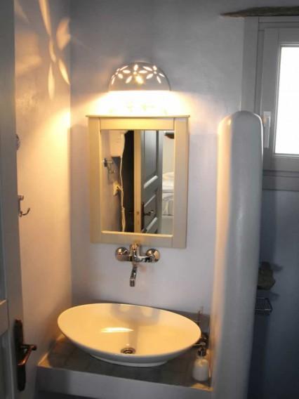 Altair studio, avec un double lit, un sofa-lit traditionnel propre au style particulier des Cyclades, une cuisine américaine, une salle de bains, TV, Vega Apartments in Tinos island, Cyclades