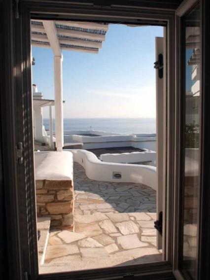 Deneb chambre, double lit, cuisine-salon américaine avec des sofa-lits traditionnels, typiquement cycladiques, salle de bains, TV., Vega Apartments in Tinos island, Cyclades